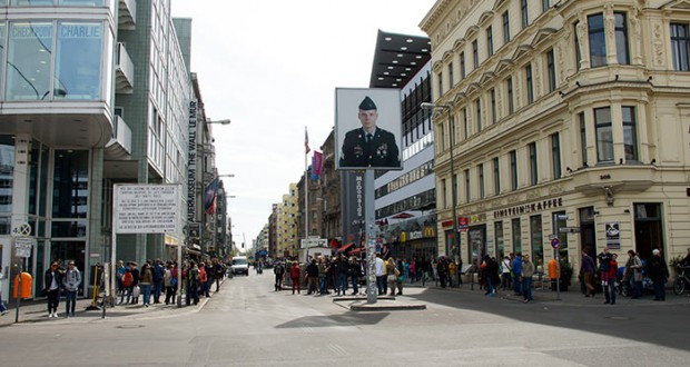 checkpoint charlie wahrzeichen berlin. Black Bedroom Furniture Sets. Home Design Ideas
